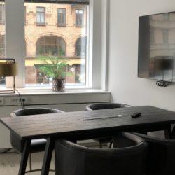 Litet funktionellt mötesrum på kontorshotellet